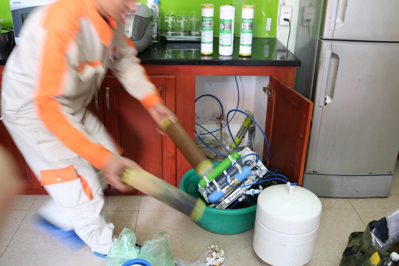 Sửa máy lọc nước nano - tiến hành thay lõi thường xuyên