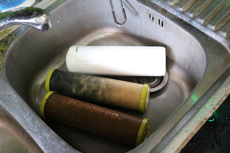 Hướng dẫn sửa máy lọc nước - thường xuyên vệ sinh các lõi lọc