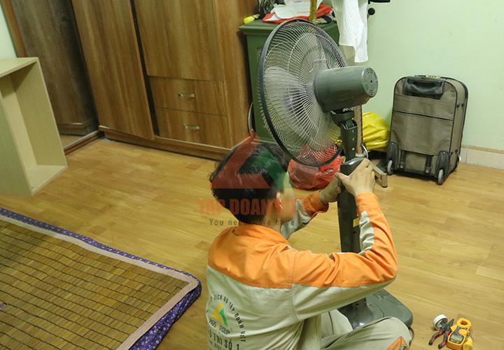 Đội ngũ kỹ thuật viên chuyên sửa chữa điều hòa, quạt điện