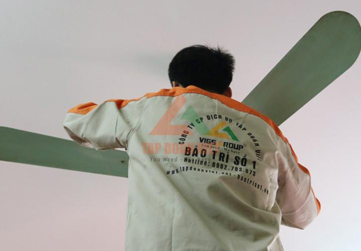 Đội ngũ sửa chữa quạt điều khiển từ xa trình độ cao