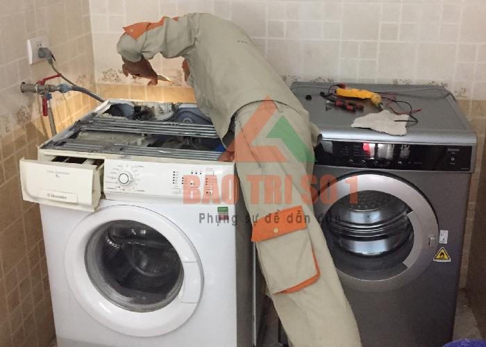 Kỹ thuật đang kiểm tra máy trước khi quá trình vệ sinh máy giặt tại nhà khách hàng